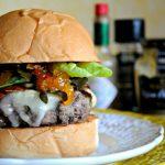 Comidinhas: Hambúrguer com chutney de damasco, brie, jamón e cogumelos dourados