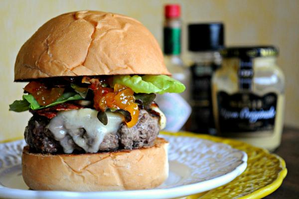 Hambúrguer com chutney, brie e cogumelos